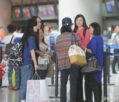 刘诗诗素颜现身机场 与粉丝互动显亲切(4)