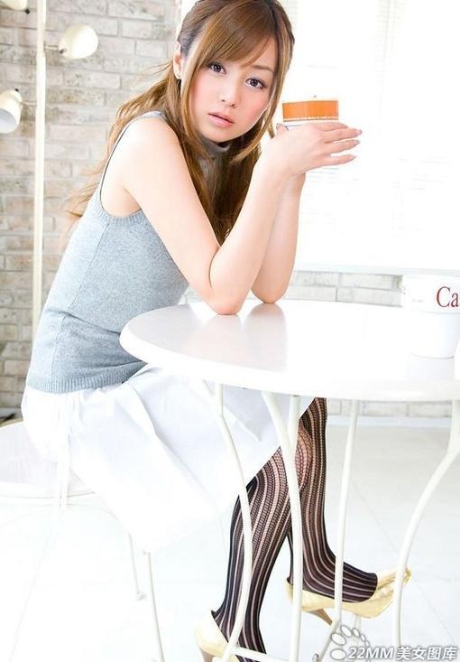 清纯的短裙黑丝美女 图片