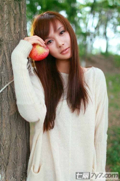 高清清纯美女生活照 美女与苹果的秘密