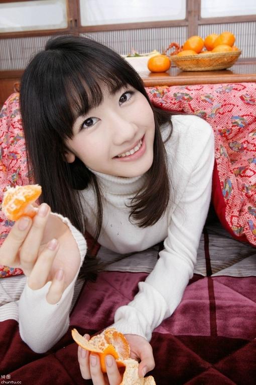 清楚美女喂你吃橘子 图片
