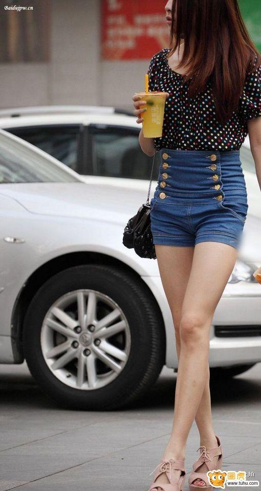 街拍 高要牛仔热裤裸腿时尚美女