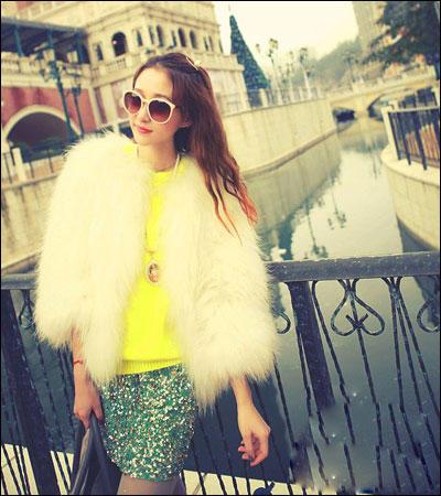 白色皮草外套搭配亮黄色打底衫