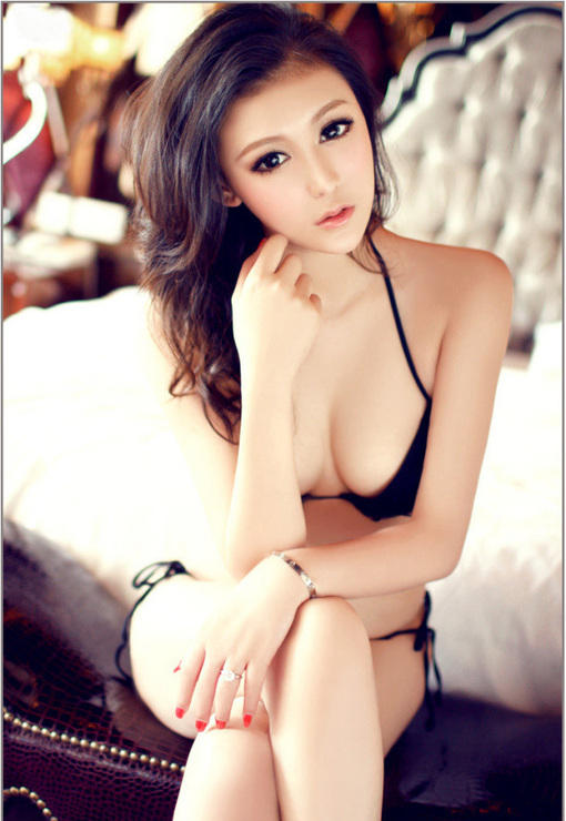 白嫩模美女床上展现完美s身材