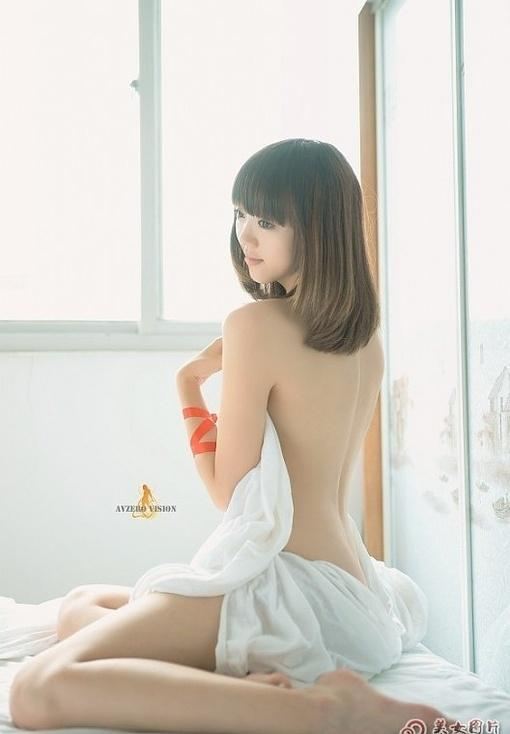 床上美女漏背性感写真