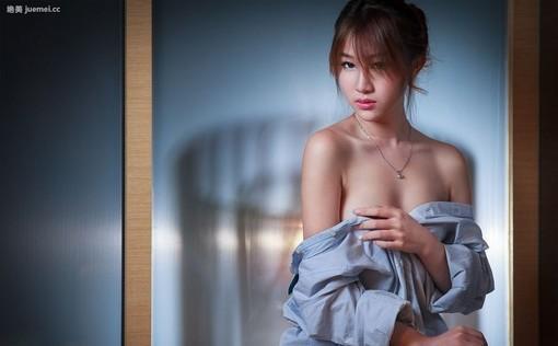性感露肩美女隐隐的诱惑
