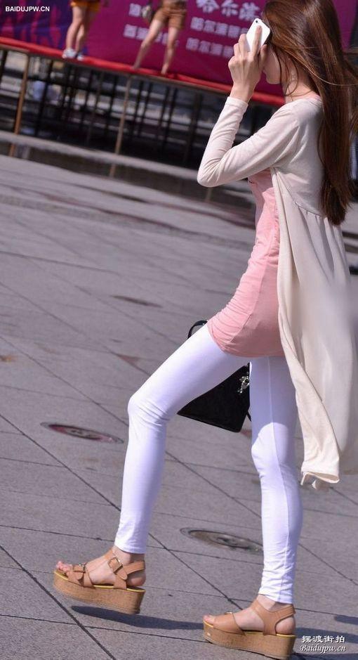 街拍白色紧身裤美女 图片 竖