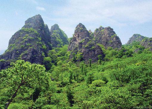 五指山景区简介:太行五指山景区是涉县新开发的以原生态游为主题的旅游景区,位于涉县城西5公里处,占地面积20平方公里,主峰海拔1283米。自然风光既具有太行山峰陡峭险峻的特点,又有着原始森林般茂密植被风光,以雄、奇、险、秀著称。 太行五指山景区属国家AAAA级景区,位..
